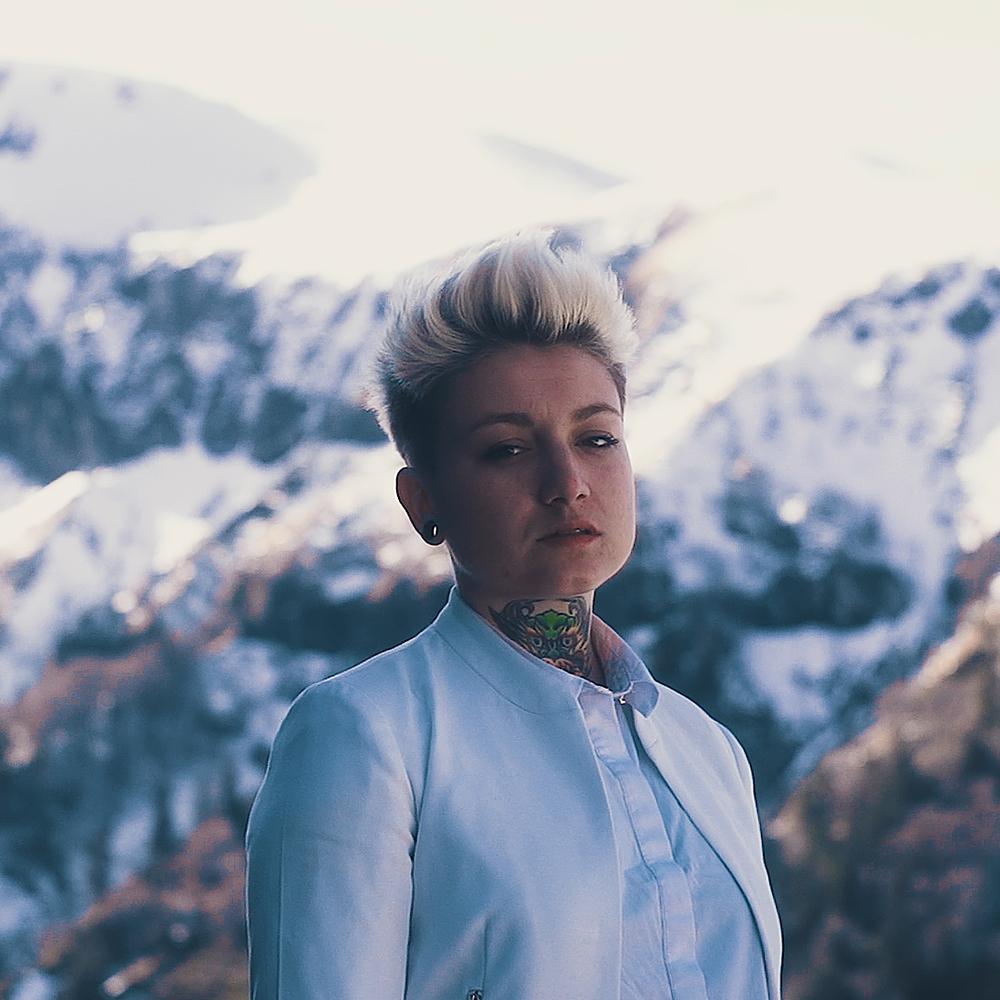 portrait illustre devant des montagnes